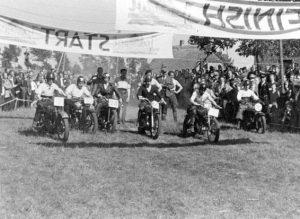 Ze zijn weg! Foto gemaakt bij de start van een race in de Nulandse hei.