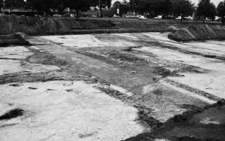 Deze foto geeft een uitstekend idee over de plek waar de schaapskooi zich bevond en hoe diep de toenmalige kooi zich onder het huidige maaiveld bevond.